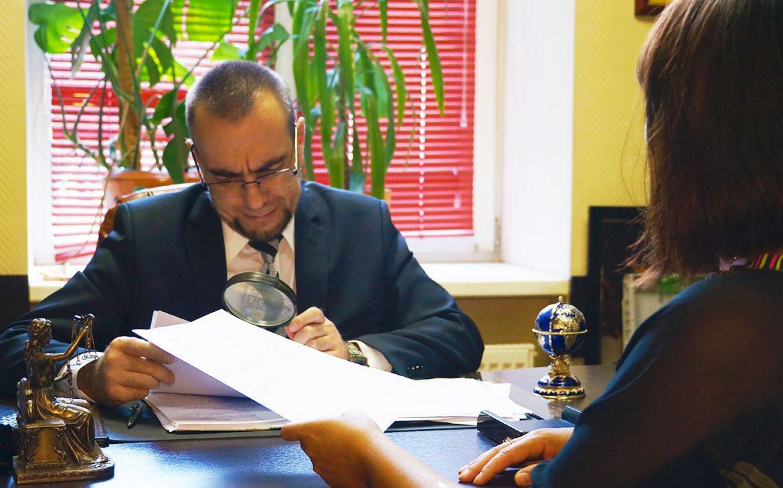 Юрист консультирует клиента
